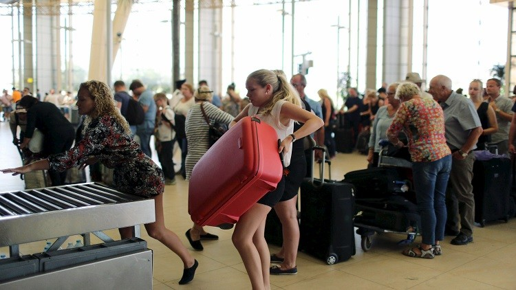 Tourists leave after finishing their holidays, at the airport of the Red Sea resort of Sharm el-Sheikh, November 6, 2015. The head of Russia's Tour Operators' Association says there has been a drop in sales for Egypt holidays after a Russian-operated airliner crashed in Sinai, but says many are still willing to travel. REUTERS/Asmaa Waguih - RTX1V0BI