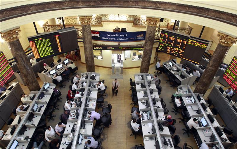 Traders work at the Egyptian Stock Exchange in Cairo August 11, 2011. Egyptian stocks tumbled to two-year lows at the start of the week as concerns about the U.S. economic slowdown and the euro zone banking system hit stocks in riskier emerging markets, before staging a partial rebound on Wednesday. REUTERS/Amr Abdallah Dalsh (EGYPT - Tags: BUSINESS)